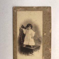 Fotografía antigua: ALICANTE. FOTOGRAFÍA, JOVEN NIÑA SOBRE SILLA. RETRATO: PLA. MAYOR,7 MEDIDAS: 16,5 X 9 CM., (H.1900?). Lote 185897035