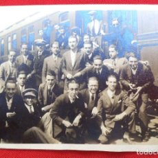 Fotografía antigua: FOTO EN UNA ESTACIÓN ENTRE MADRID Y BARCELONA 1928. Lote 192814741