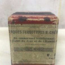 Fotografía antigua: ANTIGUA CAJA DE PLACAS FERROTIPOS E .CHERON SIN USAR 35X42 CM E. C LLENA SIGLO XIX. Lote 195046771