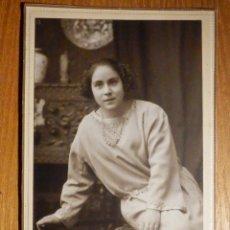Photographie ancienne: ANTIGUA FOTOGRAFÍA SOBRE CARTÓN RÍGIDO - CONCHITA A SU PADRE - ARRIGORRIGA 6-4-1923 - 9,5 X 15 CM. Lote 195346122