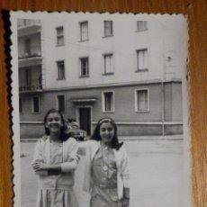 Photographie ancienne: ANTIGUA FOTOGRAFÍA - BILBAO - PILI Y XXXX - AÑO 1963 - 10 X 7 CM . Lote 195346227