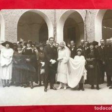 Fotografía antigua: ANTIGUA FOTO BODA POSANDO NOVIA CON VELO SELLO F LLORENTE CASA GALLEGO 23,2X17,2. Lote 199395863