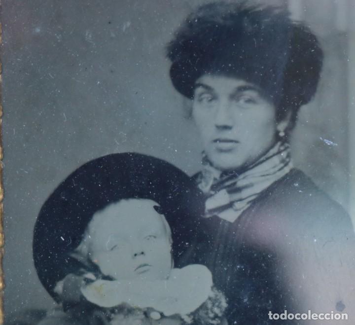 Fotografía antigua: Daguerrotipo hermoso una madre consu niño. Daguerreotype of a mother with her child. - Foto 3 - 119945954
