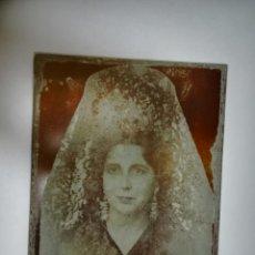 Fotografía antigua: ANTIGUA FOTOGRAFIA EN CHAPA. CONCHA PIQUER MADRE CON MANTILLA. 15 X 12CM. VER. Lote 207454493