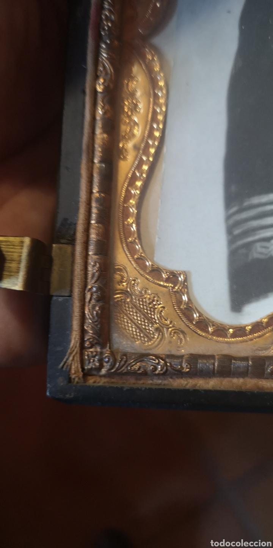 Fotografía antigua: Fotografía de su majestad Alfonso 13 con marco en latón y en baquelita toda tallada - Foto 2 - 211945473