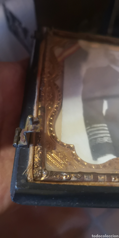 Fotografía antigua: Fotografía de su majestad Alfonso 13 con marco en latón y en baquelita toda tallada - Foto 3 - 211945473