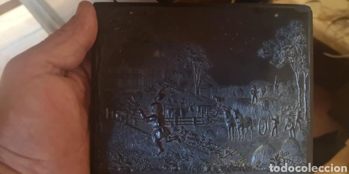 Fotografía antigua: Fotografía de su majestad Alfonso 13 con marco en latón y en baquelita toda tallada - Foto 5 - 211945473