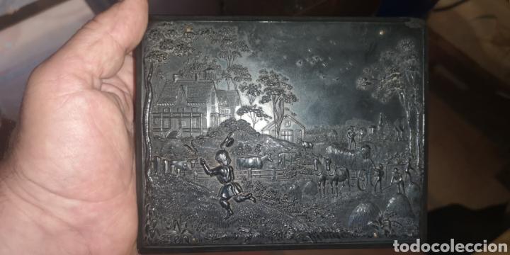 Fotografía antigua: Fotografía de su majestad Alfonso 13 con marco en latón y en baquelita toda tallada - Foto 8 - 211945473