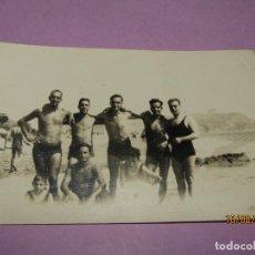 Fotografía antigua: ANTIGUA FOTOGRAFIA DE CABALLEROS EN TRAJE DE BAÑO EN ALGUNA PLAYA DE VALENCIA - AÑO 1940-50S.. Lote 214494610