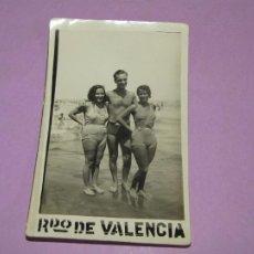 Fotografía antigua: ANTIGUA FOTOGRAFÍA DE CABALLERO SEÑORITAS EN TRAJE DE BAÑO EN ALGUNA PLAYA DE VALENCIA AÑO 1940-50S.. Lote 214494815