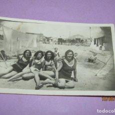 Fotografía antigua: ANTIGUA FOTOGRAFÍA DE SEÑORITAS EN TRAJE DE BAÑO EN ALGUNA PLAYA DE VALENCIA AÑO 1940-50S.. Lote 214494916