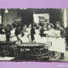 Fotografía antigua: ANTIGUA FOTO CON PAELLAS PATROCINADAS POR COCA COLA DE LA ASOCIACIÓN VALENCIANA DE CARIDAD- AÑO 1960. Lote 217880913