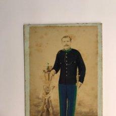 Fotografía antigua: MILITAR GUARDIA REAL ALABARDERO ALFONSO XII FOTOGRAFÍA COLOREADA LA ARAGONESA (H.1875?). Lote 218064362