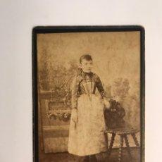 Fotografía antigua: M. PEREZ, FOTOGRAFO. BARCELONA RETRATO DE JOVEN SEÑORITA CON MANDILON BLANCO (FIN SIGLO XIX). Lote 218144822