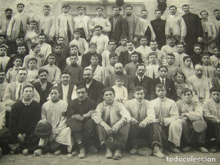 Fotografía antigua: Antigua Fotografía de Gran Tamaño Grupo de Operarios Fábrica de Muebles de JAIME BADIA BRU - 1920s. - Foto 2 - 219703378