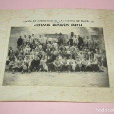 Fotografía antigua: ANTIGUA FOTOGRAFÍA DE GRAN TAMAÑO GRUPO DE OPERARIOS FÁBRICA DE MUEBLES DE JAIME BADIA BRU - 1920S.. Lote 219703378