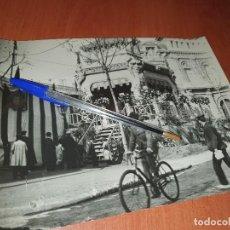 Fotografía antigua: BARCELONA, ENTOLDADO EN GRAN VIA, PASEO DE GRACIA, FOTOGRAFIA 24 X 18 CM.. Lote 236889260