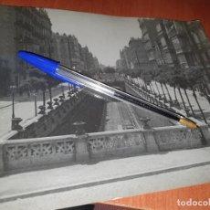 Fotografía antigua: BARCELONA, CALLE ARAGON ENTRE PASEO DE GRACIA Y R. CATALUÑA, RAMPA DESAPARECIDA, FOTO 24 X 18 CM.. Lote 236890035