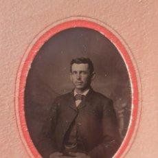 Fotografía antigua: FERROTIPO CABALLERO AMERICANO TAMAÑO CARTE DE VISITE 10 X 6 APROXIMADAMENTE. Lote 286988653