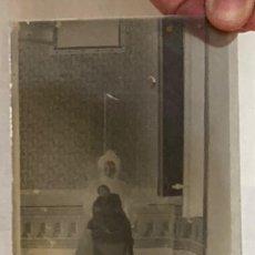 Fotografía antigua: SIGLO XIX - FOTOGRAFÍA POST MORTEM DE MUJER CON NIÑO MUERTO EN CRISTAL - FAMILIA ESPAÑOLA SIN DATOS. Lote 287452603