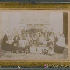 Fotografía antigua: GRUPO DE NIÑOS CON DOS MONJAS DE LA CARIDAD (SEVILLA 1902). Lote 25139598