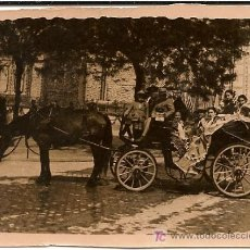 Fotografía antigua: SEVILLA FOTOGRAFIA ANTIGUA COCHE DE CABALLOS CON PERSONAS MONTADAS. Lote 26303083