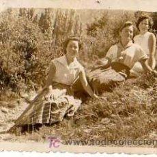 Fotografía antigua: FOTOGRAFIA MUJERES EN EL CAMPO. TAMAÑO 9X6CM.. Lote 14713959