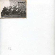 Fotografía antigua: GRUPO DE SEÑORES DE LOS AÑOS 50 EN ALGUN PUEBLO - 10.7 X 7.5 -. Lote 11185454