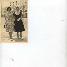 Fotografía antigua: PAR DE SEÑORAS - AÑO 1950 - 14 X 9 -. Lote 11185591
