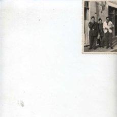 Fotografía antigua: DOS SOLDADOS Y UN TENDERO - 10 X 7 -. Lote 11961580