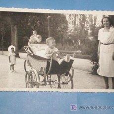 Fotografía antigua: PRECIOSA FOTO BURGOS 1950 PASEO MADRE CON NIÑOS Y FANTASTICO CARRITO BEBE -.FERNANDEZ ROJAS. Lote 27091570