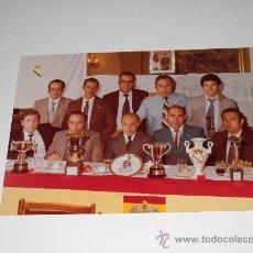 Fotografía antigua: FUTBOL FOTOGRAFÍA 6º ANIVERSARIO PEÑA MADRIDISTA SAN ROQUE MOSTOLES . 6 JUNIO 1961 . 24X17 CMS . Lote 16183332
