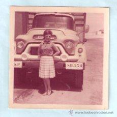Fotografía antigua: MUJER ANTE CAMION CON MATRICULA DEL ANTIGUO SAHARA ESPAÑOL. Lote 26409737