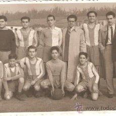 Fotografía antigua: EQUIPO DE FUTBOL..FOTO REPORTAJE V. IZQUIERDO. VALENCIA. . Lote 23987077
