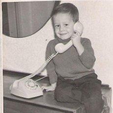 Fotografía antigua: NIÑO CON TELEFONO - 9 X 7 CM . Lote 18105349
