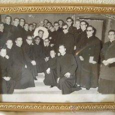 Fotografía antigua: FOTO DEL PAPA PABLO VI CON SACERDOTES,AÑOS 60,ENMARCADA. Lote 18755890