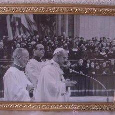 Fotografía antigua: FOTO DEL PAPA PABLO VI OFICIANDO MISA,AÑOS 60,ENMARCADA. Lote 18755916