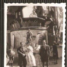 Fotografía antigua: ANTIGUA FOTO DE FALLERAS ANTE LA FALLA. 8 X 6 CMS.. Lote 23888123