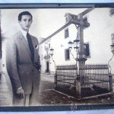 Fotografía antigua: FOTOGRAFIA DE MANOLETE CON EL CRISTO DE LOS FAROLES ( CORDOBA ) ORIGINAL. Lote 26820317