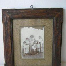 Fotografía antigua: ANTIGUA FOTO FAMILIAR CON MARCO CUBA 38CM X 32.5CM. Lote 26832980