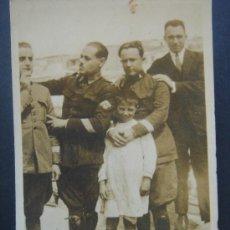Fotografía antigua: FOTOGRAFÍA COSTUMBRISTA MILITAR (MELILLA 20-4-1924). GRUPO DE SOLDADOS. DIMENSIONES.- 8,3X5,5 CMS.. Lote 27860533