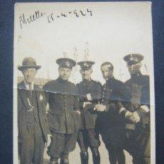 Fotografía antigua: FOTOGRAFÍA COSTUMBRISTA MILITAR (MELILLA 15-4-1924). GRUPO DE SOLDADOS. DIMENSIONES.- 8,2X5,4 CMS.. Lote 27860624