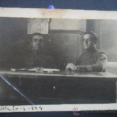 Fotografía antigua: FOTOGRAFÍA COSTUMBRISTA MILITAR (MELILLA 20-4-1924). GRUPO DE SOLDADOS. DIMENSIONES.- 8,3X6,5 CMS.. Lote 27860703