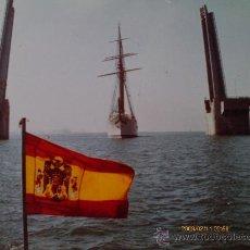 Fotografía antigua: EL JUAN SEBASTIAN ELCANO CRUZANDO EL PUENTE SOBRE LA BAHIA DE CADIZ. 1970 FELICITACION DEL ALCALDE. Lote 31021946