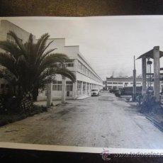 Fotografía antigua: VIGO - FOTOGRAFIA FACTORIA MAQUINAS DE COSER REFREY EN BOUZAS APROX 1970/75 23X18CM - DE FOTO TOMAS. Lote 31292216