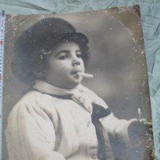 Fotografía antigua: NIÑO FUMANDO FOTOGRAFIA MUY GRANDE 0.50 DE ALTO. Lote 31565224
