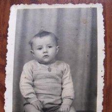 Fotografía antigua: ANTIGUA FOTO DE UN BEBÉ SENTADO. Lote 32730627