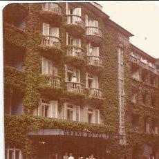 Fotografía antigua: ** C897 - FOTOGRAFIA - GENTE POSANDO DELANTE DE UN HOTEL. Lote 32866767