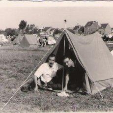 Fotografía antigua: EN LA TIENDA DE CAMPAÑA - BRUSELAS 1958 - 10 X 7 CMS.. Lote 32880678
