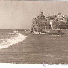 Fotografía antigua: SITGES. PLATJA AMB LA MAR MOGUDA. ANY 1964. Lote 33215371
